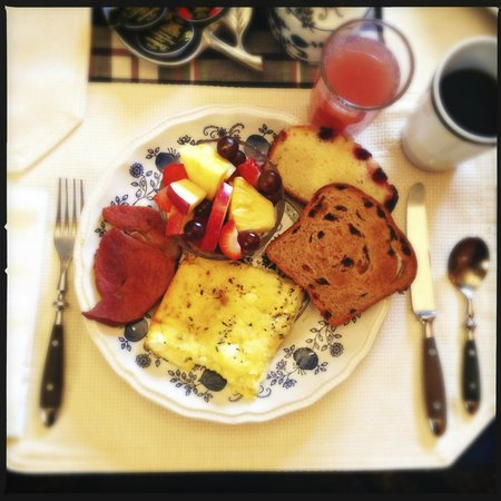 Colonial Pines Inn Bed and Breakfast: Donna's homemade breakfast--every day is like this!