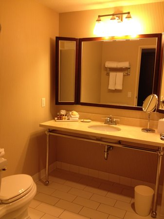 Sheraton Grand Phoenix : Standard bathroom.