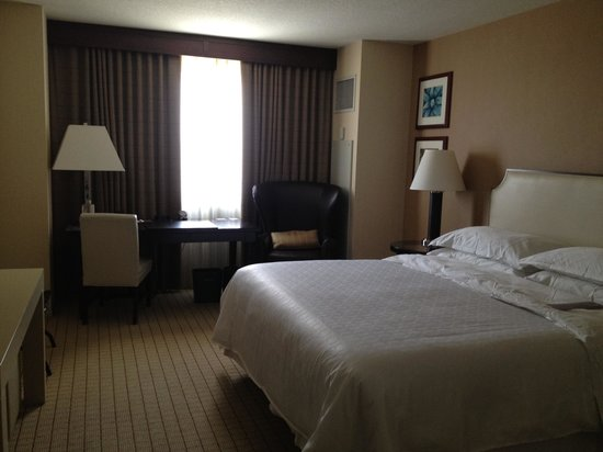 Sheraton Grand Phoenix : Very basic room with king bed.
