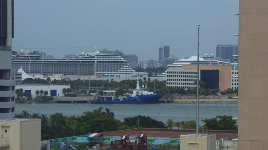 Courtyard Miami Downtown/Brickell Area: Camera zoom of Port of Miami