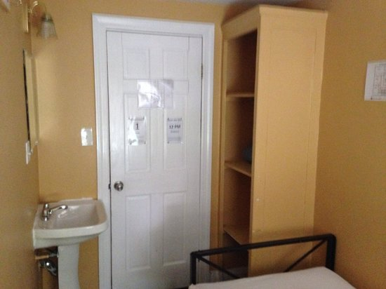 Chelsea International Hostel: Prison cell??