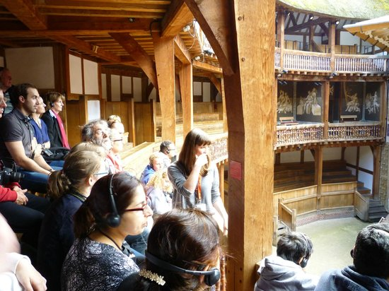 Shakespeare's Globe Theatre: Our guide and the group