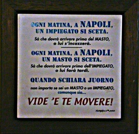 Pizzeria Leone: Un po' di sana allegria napoletana appesa ai muri di Leone