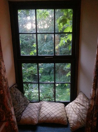 Llundain Fach Little London: Window seat looking over garden and river