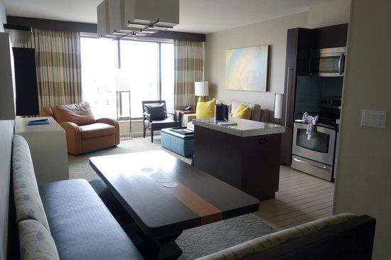 Bay Lake Tower at Disney's Contemporary Resort: Family room and Kitchen