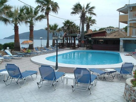 Turtle Beach Hotel: Pool area and bar