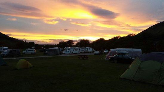 Lochranza Caravan & Camp Site: Sunset over the campsite