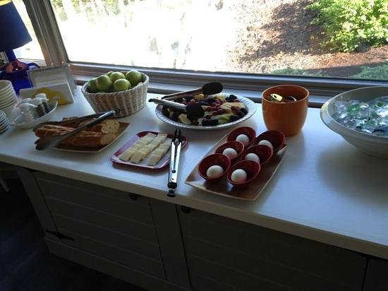 The Lodge on the Cove: the small but nice comlimentary breakfast selection