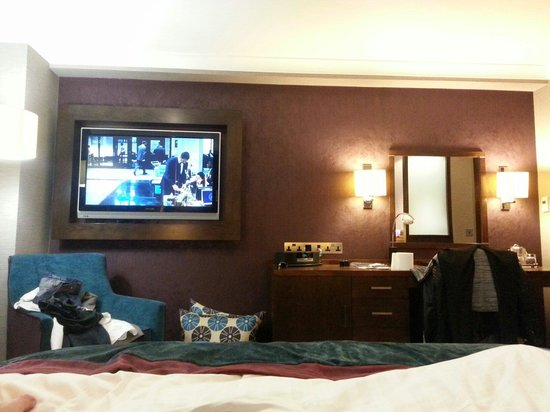 Crowne Plaza London-Gatwick Airport : Club room with large TV