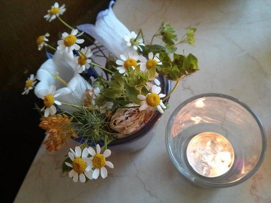 Tischdeko Mit Frischen Blumen Picture Of Cafe Anna Blume Berlin