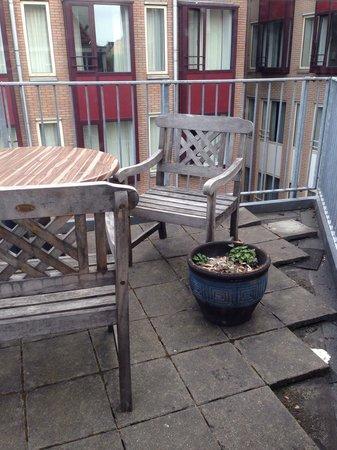 Hampshire Hotel - Eden Amsterdam : Terrasse avec mégots de cigarette offerts dans les plantes, Eden Hôtel, Amsterdam