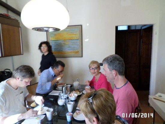 Il Leone Rosso B&B : colazione in piacevole compagnia degli altri ospiti