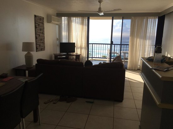 Surf Regency Apartments: Cuisine à droite, salle à manger à gauche et salon