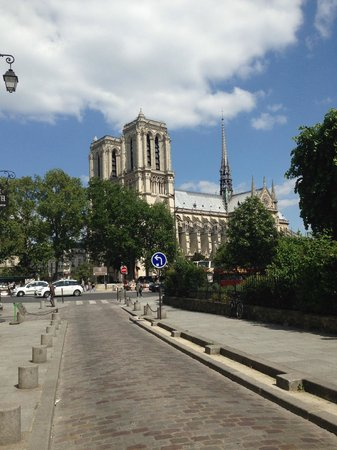 Bed and Breakfast Delareynie : View of Notre Dame when you step outside the apartment
