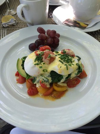 Chateau de Vie : Eggs Benedict with avocado and tomatoes