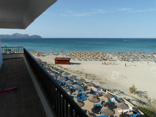 Hotel Son Baulo: View of the beach from the hotel