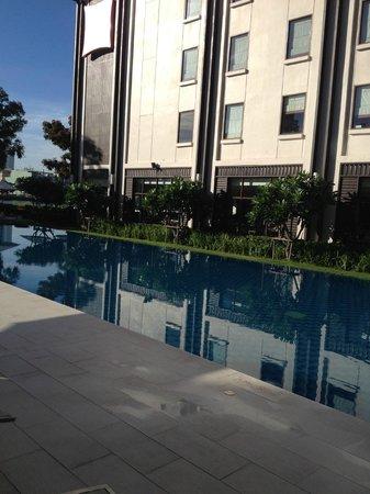 ibis Bangkok Riverside: Pool and windows in dining area