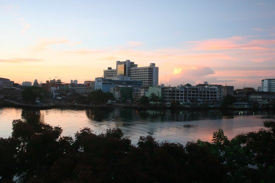 ibis Bangkok Riverside: Sunrise from room