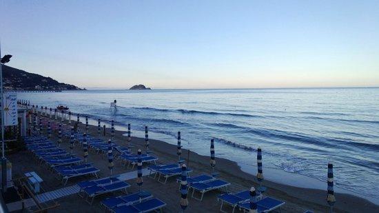 Hotel Kon Tiki : spiaggia a 50 mt dall'hotel lato est