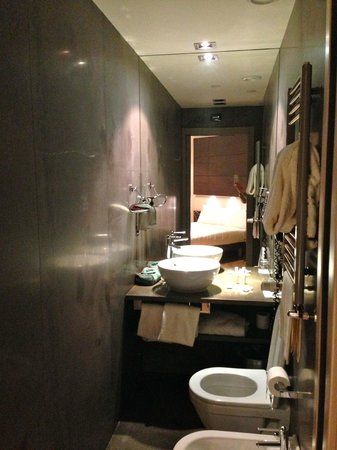 The Hub Hotel: Bathroom