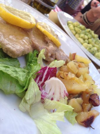 Hosteria La Vacca M'briaca: Veal scallopini with Lemon and Gnocchi with pesto (in the back)