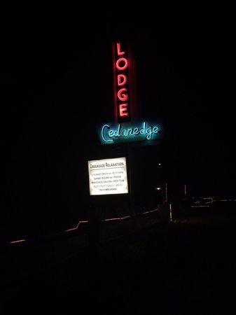 Cedaredge Lodge : Beautiful retro neon sign at night.