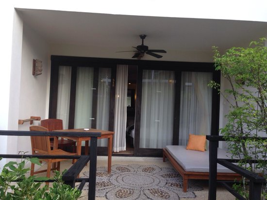 Bandara Resort & Spa : Outside the rooms along the pool !!