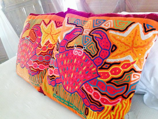 Yandup Island Lodge: Gorgeous mola-inspired pillows