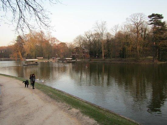 Bois de la Cambre and Foret de Soignes : View of the Chalet Robinson across the lake