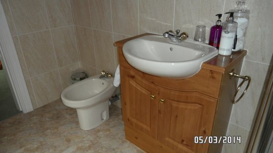 Meadowcroft Bed and Breakfast: bathroom in the suite