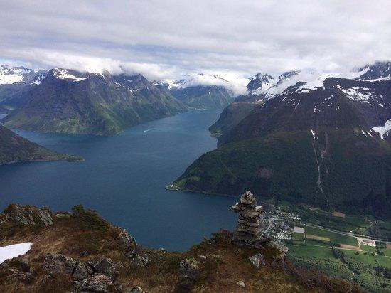 Sagafjord Hotel : Utsikt fra Lynghalstinden 1100 moh mot Sæbø og Hjørundfjorden