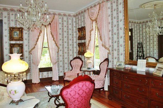 The Queen Anne Bed & Breakfast : Parlor