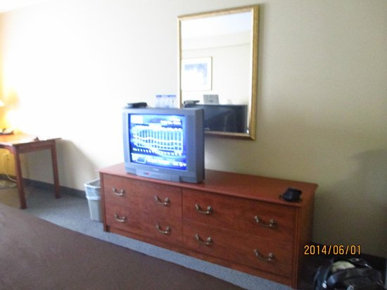 Super 8 Sault Ste Marie ON : tv in room