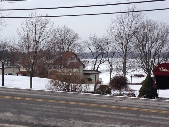 Ehrhardt's Waterfront Restaurant: View of the cottages and lake sitting to the left of restaurant.