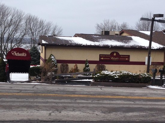 Ehrhardt's Waterfront Restaurant: View of restaurant from the parking lot across the road.