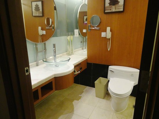 Crowne Plaza Beijing Wangfujing : Lots of counter space in the bathroom