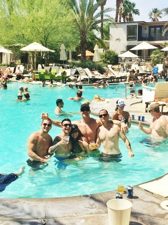 Riviera Palm Springs Resort: Pool party Saturdays!!
