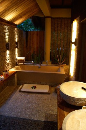 Le Domaine de L'Orangeraie: Outdoor tub