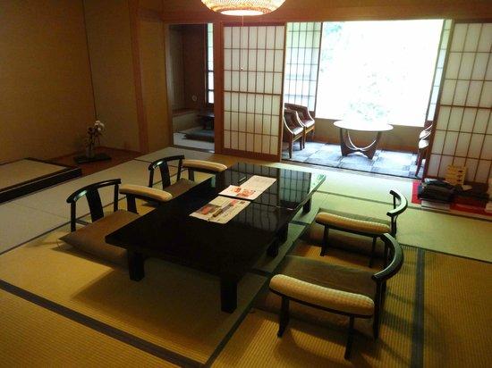 Tobira Onsen Myojinkan: notre chambre avec vue sur la forêt