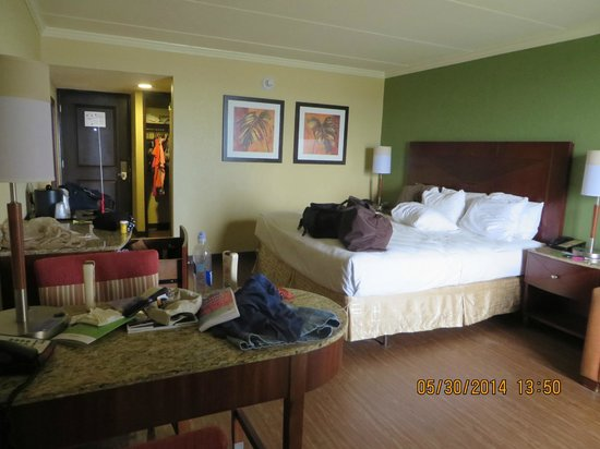 La Quinta Inn & Suites Cocoa Beach Oceanfront: Rm 403 Oceanfront view with King Size bed