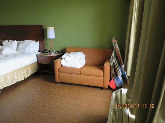 La Quinta Inn & Suites Cocoa Beach Oceanfront: Rm 403 with sofa sleeper