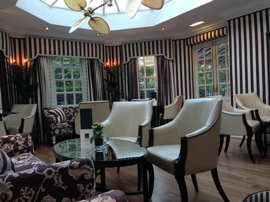 The Montague on The Gardens: The sun room off the bar
