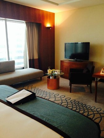 Jumeirah Emirates Towers: Spacious Lounge with Picture Window