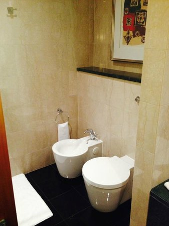 Jumeirah Emirates Towers : Large Bathroom Full Amenities