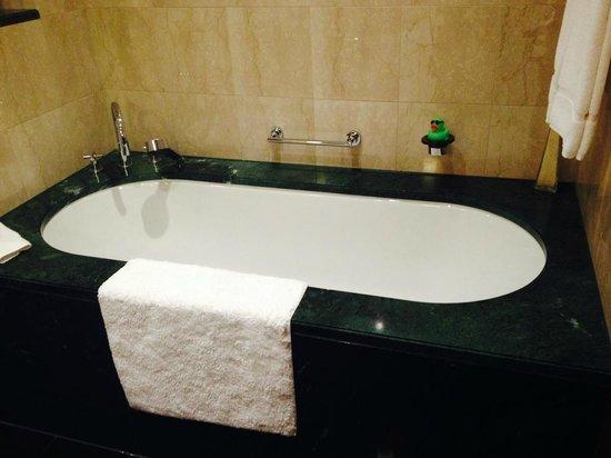 Jumeirah Emirates Towers : Gorgeous Deep Bath