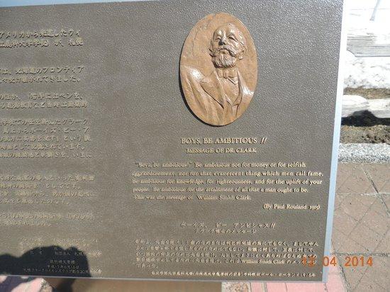 Sapporo Hitsujigaoka Observation Platform : Placa com a mensgaem do Dr. Clark