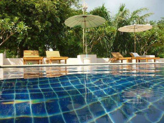 Soontreeya Lanta: pool with adequate supply of sun loungers