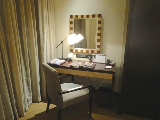 Oakwood Residence Hangzhou: For an extended stay hotel, the desk is inadequate