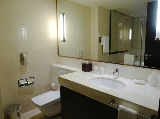 Oakwood Residence Hangzhou: Lots of counter space in the bathroom