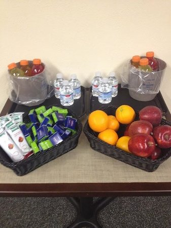 Hampton Inn Pittsburgh/Greentree: Wait, is that a fruit basket?! IS THAT A FRUIT BASKET?!